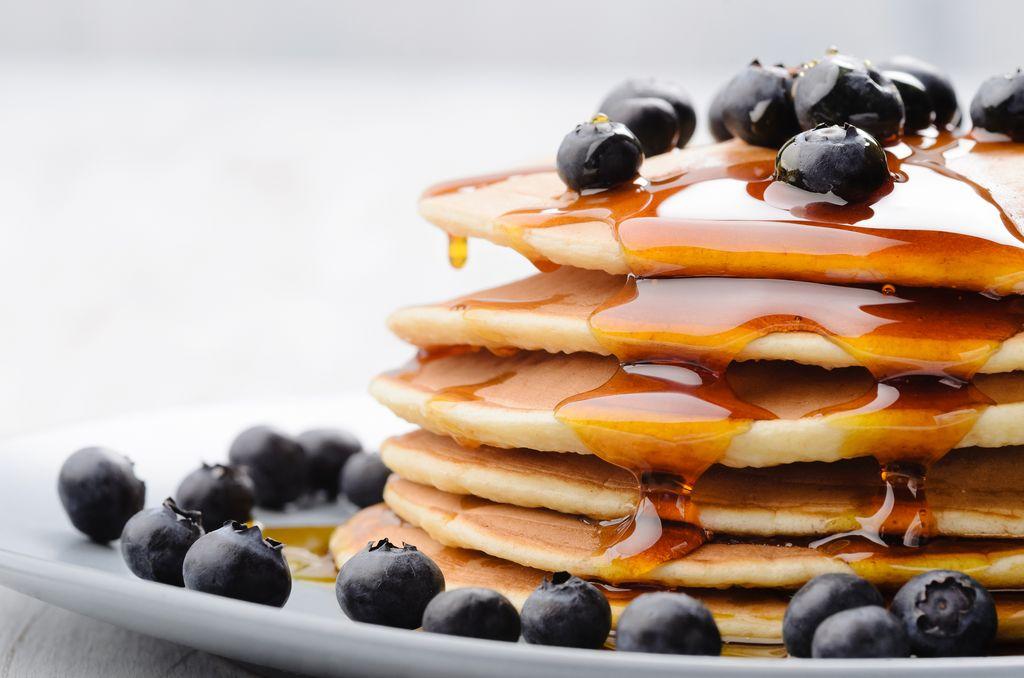 Obst und Früchte wie beispielsweise Heidelbeeren passen sehr gut zu süßen Pancakes.